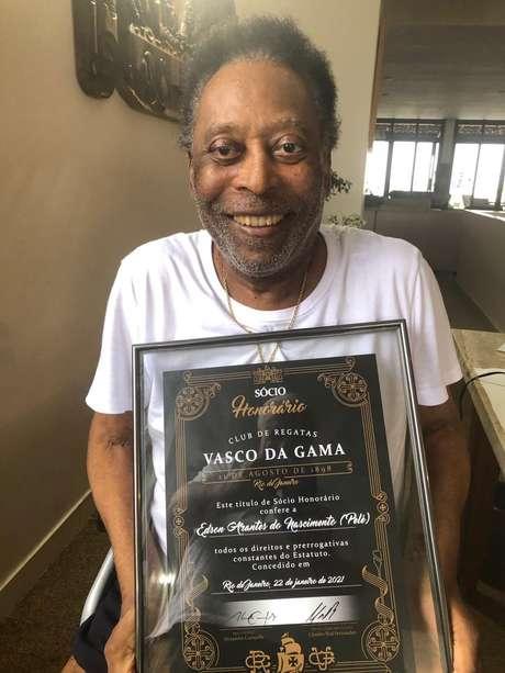 Pelé é homenageado pelo Vasco com título de sócio honorário
