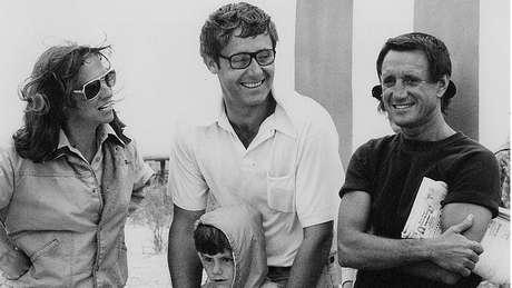 Peter Benchley (ao centro, com a esposa Wendy e o ator Roy Scheider de 'Tubarão') coescreveu o roteiro do filme, mas tinha reservas quanto ao produto final