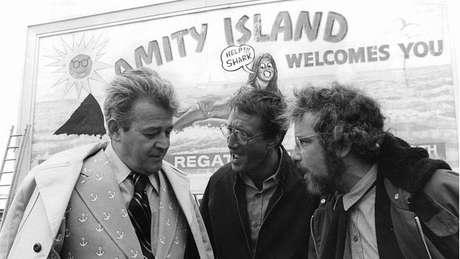 No filme Tubarão, o prefeito Larry Vaughn (à esquerda) se recusa irresponsavelmente a fechar as praias da ilha