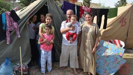 Famílias desalojadas de Qarakosh viveram em tendas após serem expulsas pelo Estado Islâmico
