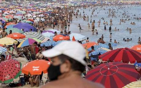 Banhistas durante pandemia de Covid-19 em praia do Rio de Janeiro 16/02/2021 REUTERS/Ricardo Moraes