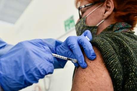 Mulher recebe aplicação de vacina contra Covid-19 em Bergamo, na Itália 01/03/2021 REUTERS/Flavio Lo Scalzo