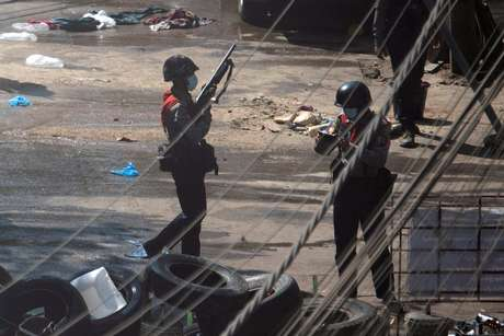 Forças de segurança durante protesto em Yangon, Mianmar  4/3/2021  REUTERS/Stringer