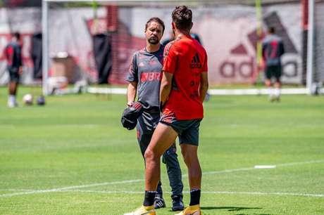 Mauricio Souza conversa com Pepê durante atividade (Foto: Marcelo Cortes/Flamengo)