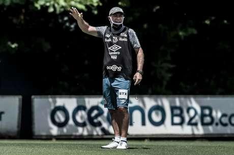 Ariel Holan comanda aos treinos no Santos desde a última terça-feira (FOTO: Divulgação/ Twitter do Santos)