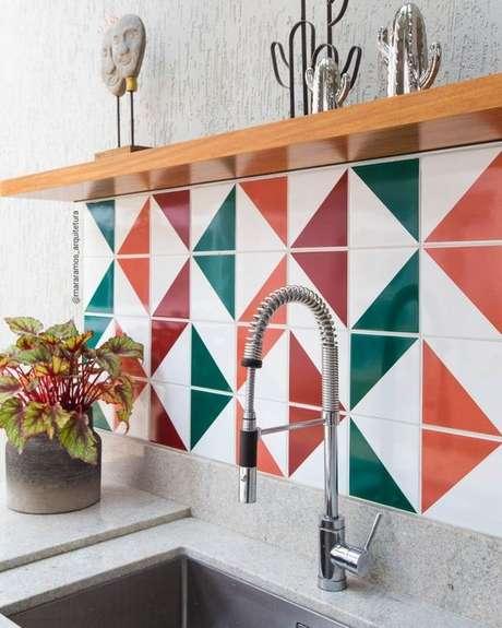 56. Azulejo laranja e verde para cozinha – Foto Pinterest
