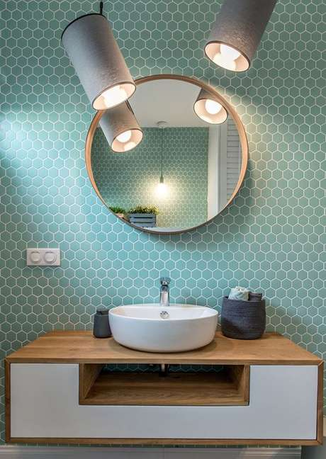 30. Banheiro com azulejo retro branco e turquesa – Foto Follow the colours
