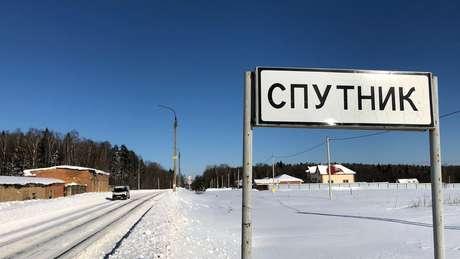 Placa mostra entrada de vilarejo de Sputnik