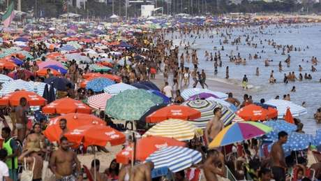 Pesquisadores britânicos apontam que contato em larga escala entre vacinados e variante de Manaus pode gerar mutações capazes de driblar totalmente a eficácia das vacinas