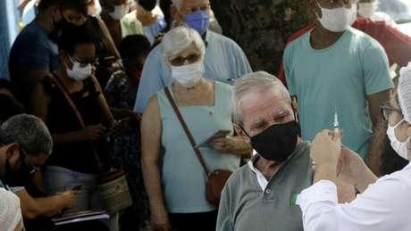 Brasil vacinou cerca de 3% da população e ainda negocia vacinas suficientes para atender a todos os habitantes. Em alguns postos de saúde, idosos tiveram que esperar em filas