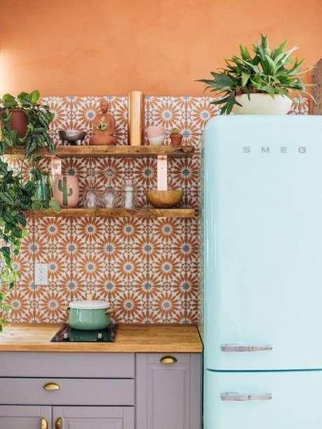 3. Cozinha com adesivo azulejo retro laranja e azul – Foto Domino Magazine