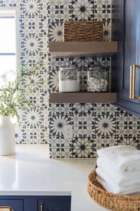 28. Azulejo retro preto e branco na cozinha moderna com armários azuis – Foto One Kind Design