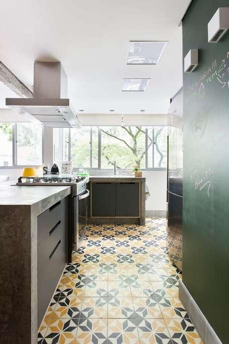 34. Cozinha com azulejo retro amarelo e cinza – Foto Archdaily