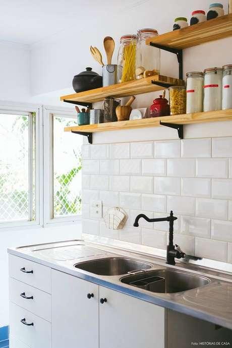 16. Azulejo retro branco na cozinha – Foto Historias de Casa