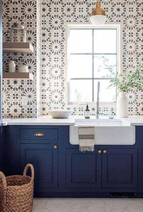 40. Cozinha com azulejo retro e armários azuis – Foto Classic Asual Home