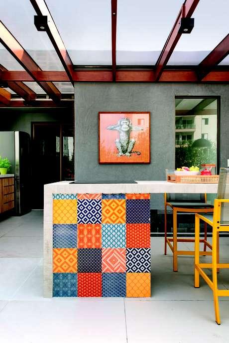 8. Azulejo retro patchwork colorido na bancada de cozinha – Foto Casa Claudia