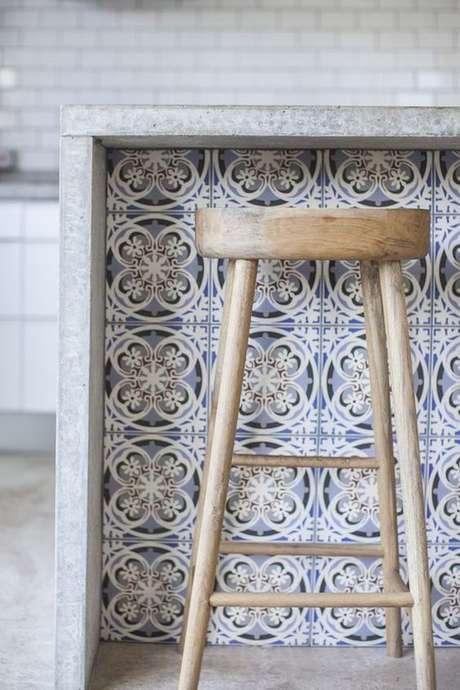 12. Azulejo retro na bancada da cozinha – Foto Beckiowens