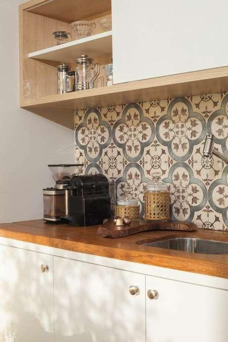 25. Azulejo retro na cozinha branca e de madeira – Foto Mara Ramos