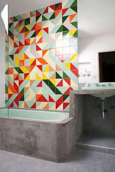 10. Banheiro com azulejo retro colorido – Foto Uol