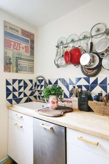 58. Azulejo retro azul e branco na cozinha moderna – Foto Casa de Valentina