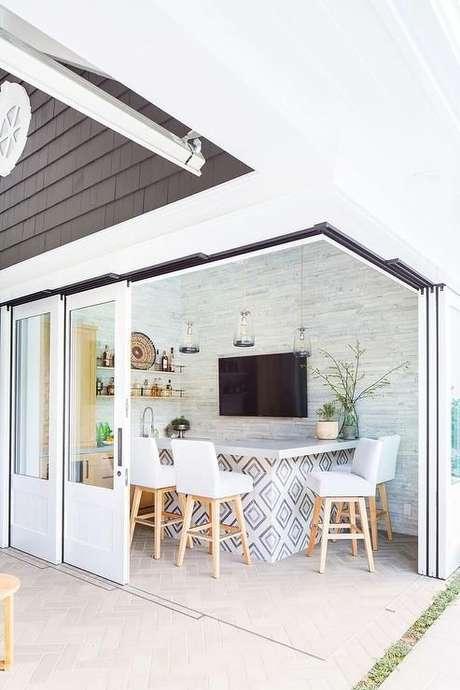 52. Adesivo de azulejo retro na bancada de cozinha gourmet – Foto DecorPad