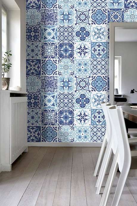 37. Cozinha com azulejo retro branco e azul – Foto Reciclar e Decorar