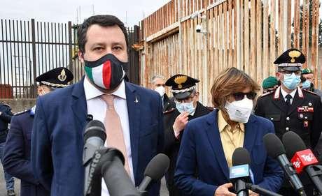 Matteo Salvini após audiência de processo preliminar em Catânia, sul da Itália