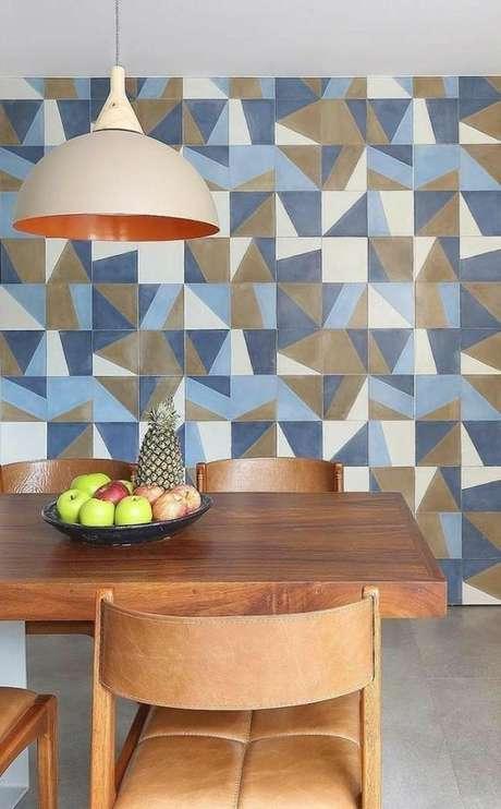 50. Mesa de jantar com azulejo retro azul e branco – Foto Pinterest