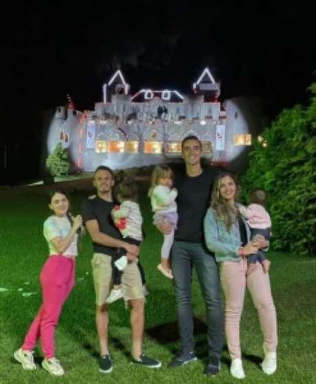 César e Renê com as famílias (Foto: Reprodução)
