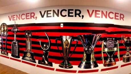 O mural de títulos do Flamengo exposto no CT do Ninho do Urubu (Foto: Reprodução / Twitter CR Flamengo)