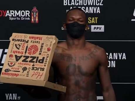 Adesanya ficou com pouco mais de 2kg abaixo do limite dos meio-pesados (Foto: Reprodução/YouTube/UFC)
