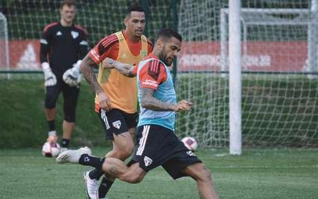 Daniel Alves e Luciano durante treino desta sexta-feira (Foto: Reprodução/ Twitter @SaoPauloFC)