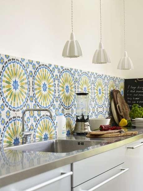 33. Cozinha com azulejo azul e verde retrô – Foto Casa de Valentina