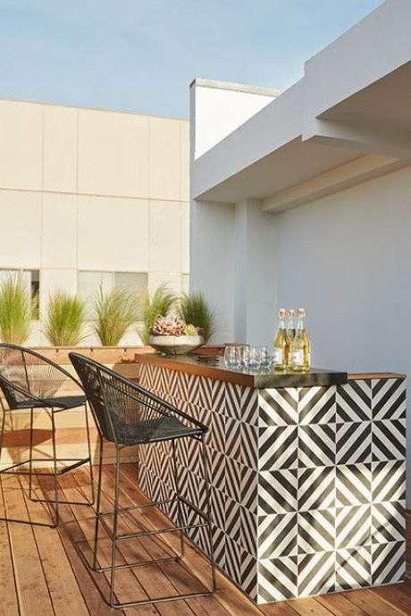 23. Cozinha gourmet com azulejo retro – Foto Lonny Magazine
