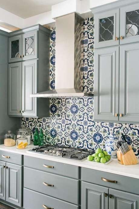 7. Azulejo retrô na cozinha moderna em tons de azul e cinza – Foto Dicas de Decoração