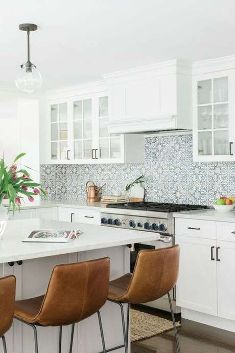 41. Cozinha com azulejo retro e decoração minimalista – Foto Decoholic