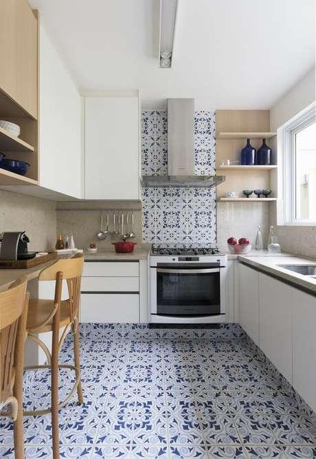 36. Cozinha com azulejo retro azul e branca – Foto Casa de Valentina