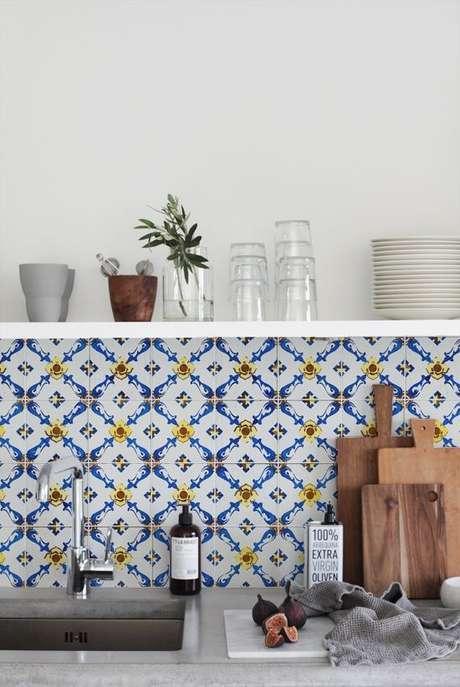 35. Cozinha com azulejo retro azul e amarelo – Foto Pinterest