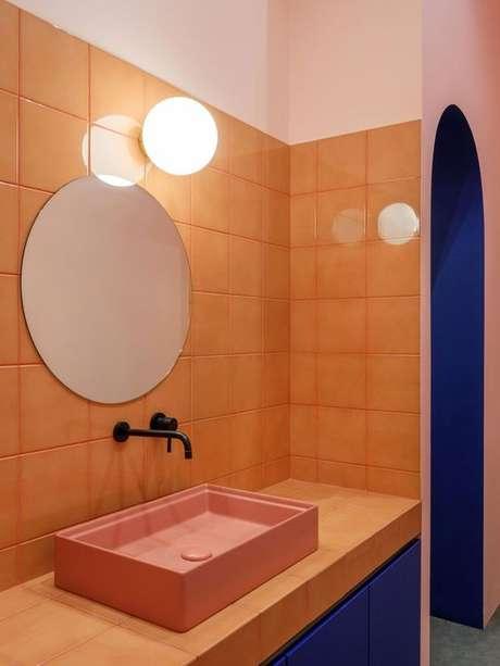5. Banheiro revestido com azulejo retrô – Foto Casa Vogue