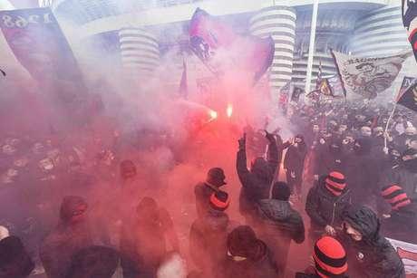 Torcedores do Milan e da Inter começaram a ser multados por aglomerações antes do dérbi