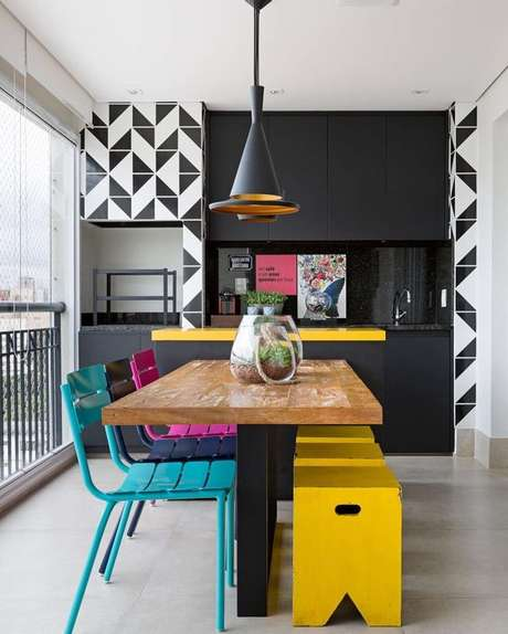 9. Varanda gourmet com azulejo retro e decoração colorida – Foto Dicas de Mulher