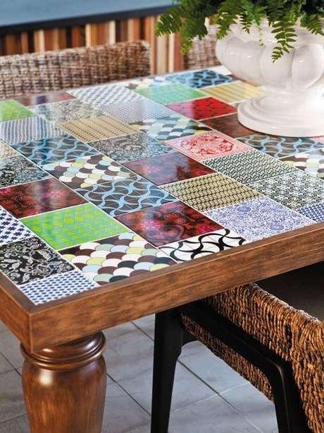 49. Mesa com azulejo retro colorida – Foto Arquitrecos