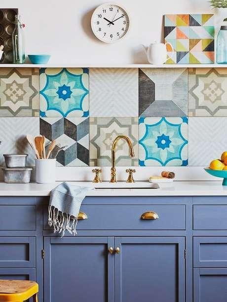 4. Cozinha azul com azulejo retro colorido – Foto A Casa Delas