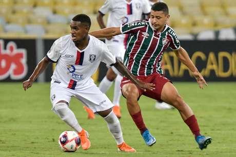 Com polêmicas de arbitragem, Resende marca no fim e vence o Fluminense na estreia do Carioca