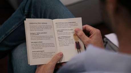 """Livrinho de bolso """"Manual Empresa de Respeito"""", que Gabriela Augusto criou para distribuir em empresas com conceitos de diversidade e inclusão."""