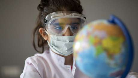Famílias que decidirem enviar os filhos à escola precisam manter o máximo de isolamento social, diz infectologista