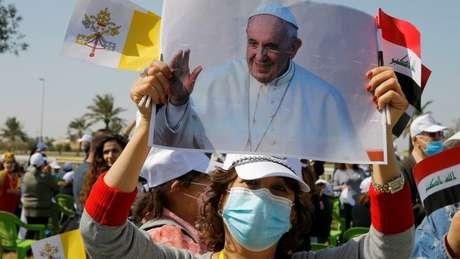 Dezenas de cidadãos se reuniram no aeroporto de Bagdá para saudar o papa