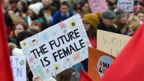 Cartaz em Londres dizendo 'O futuro é feminino': mulheres de todo o mundo fazem marchas e protestos por direitos iguais na semana do 8 de Março