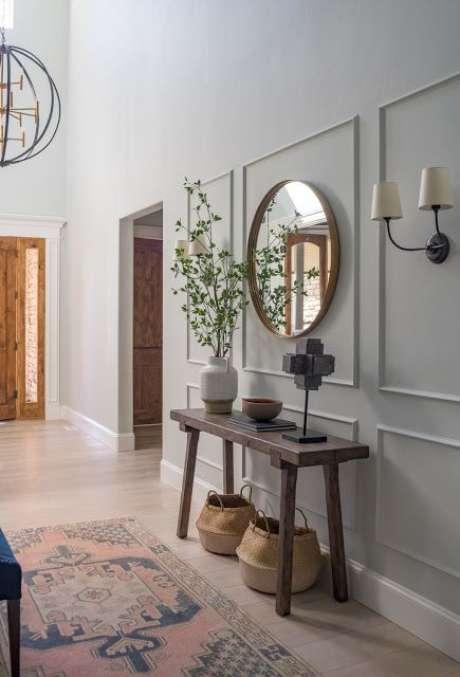 23. Aparador retro de madeira no corredor – Foto Casa Tres Chic