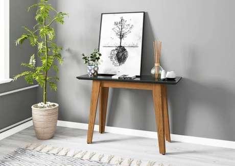 10. Decoração com aparador de madeira retro preto – Foto Pinterest